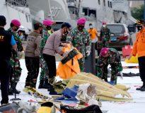 Petugas gabungan meletakkan serpihan pesawat di Posko Evakuasi jatuhnya pesawat Sriwijaya Air SJ182 rute Jakarta - Pontianakdi Dermaga JICT, Tanjung Priok, Jakarta Utara, Minggu, 10 Januari 2020. Foto: Ismail Pohan/TrenAsia
