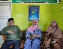 Maya Irdawati dan Dila bersama Tuangku di Ponpes Perkampungan Minangkabau, Minggu (28/2/21).