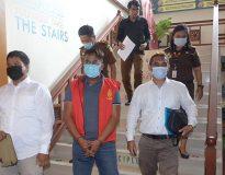 Tersangka IBGS (tengah) saat dilakukan penahanan di Kejari Badung. (Foto: ist)